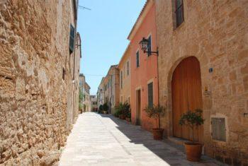 Schmale Gasse in Alcudia